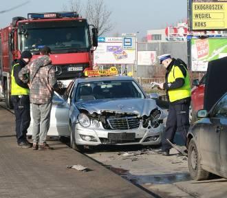 Wrocław. Groźne zderzenie aut na ul. Kiełczowskiej (ZOBACZ ZDJĘCIA)