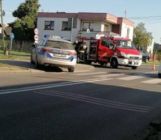 Wypadek na skrzyżowaniu Głównej i Łąkowej w Zduńskiej Woli. Auta wjechały w dom