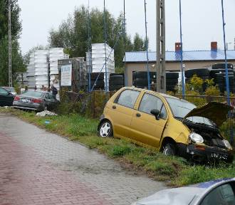 Groźny wypadek na Fabrycznej w Wieluniu. 71-letnia kobieta trafiła do szpitala