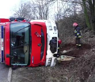 Strażacy jadąc do wypadku wpadli w poślizg. Ich wóz wylądował w rowie [ZDJĘCIA; FILM]