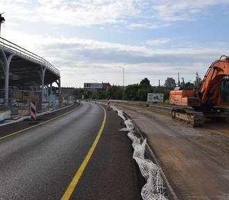 Ulica Goeppert-Mayer rozkopana ZDJĘCIA Jest przejezdna tylko w jednym kierunku