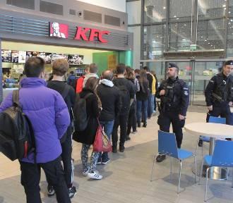 KFC rozdaje darmowe kubełki. Tłumy chętnych [ZDJĘCIA]