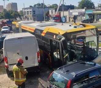 Wypadek autobusu na Rzgowskiej. Kierowca MPK zasłabł... ZDJĘCIA