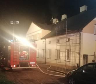 Pożar w budynku w Zduńskiej Woli. Paliło się przy ulicy Sieradzkiej ZDJĘCIA