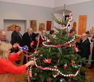 Święta w Muzeum Ziemi Wieluńskiej. Choinkę ozdobił wykonany własnoręcznie biało-czerwony łańcuch