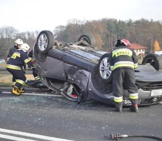 Wypadek na obwodnicy Śremu. Trzy samochody rozbite. Jeden dachował.