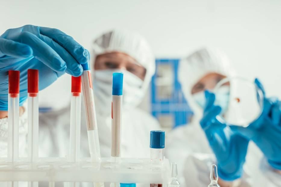 Wariant Mi koronawirusa jest najbardziej odporny na działanie ochronnych przeciwciał obecnych we krwi ozdrowieńców i zaszczepionych preparatem Pfizera