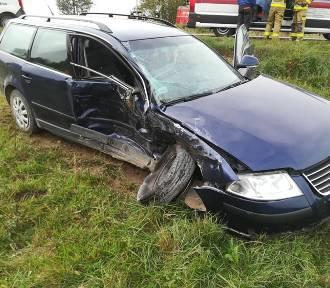 Fiat zderzył się z passatem, kobieta trafiła do szpitala
