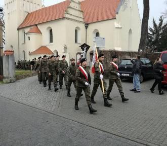 Uczniowie w mundurach przeszli ulicami miasta