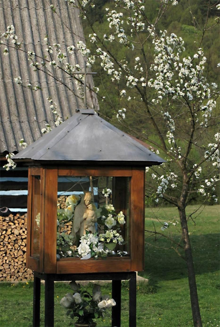 Wielu Polaków od dawna na stałe mieszkających za granicą z sentymentem wspomina również domowe ołtarzyki oraz kapliczki z rodzinnych stron