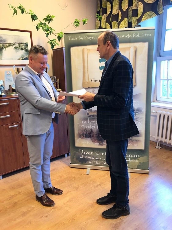 Wójt podpisał umowę na przebudowę drogi w Starogrodzie [zdjęcia]