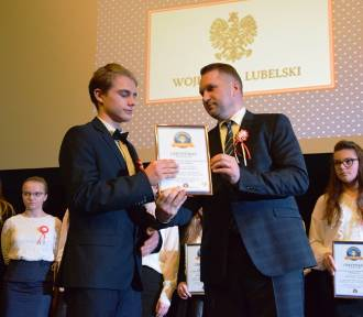 Pobili rekord w tańczeniu poloneza. Uczniowie ze 169 szkół otrzymali certyfikaty i podziękowania