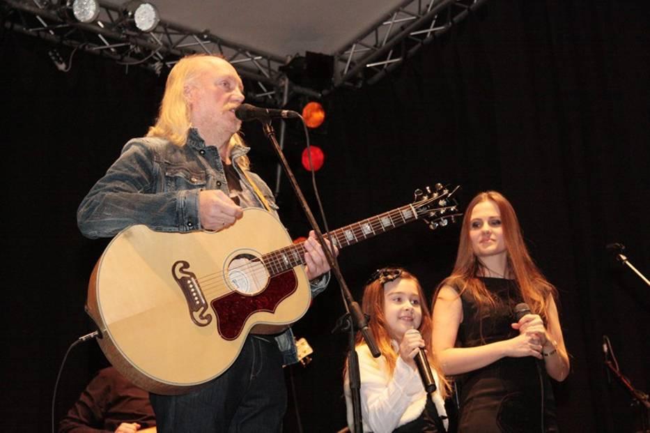 W nagrodę z Mają i Andrzejem Sikorowskimi wystąpiła Milenka Gawin, laureatka III Gminnego Przeglądu Kolęd i Pastorałek - Twardogóra 2011