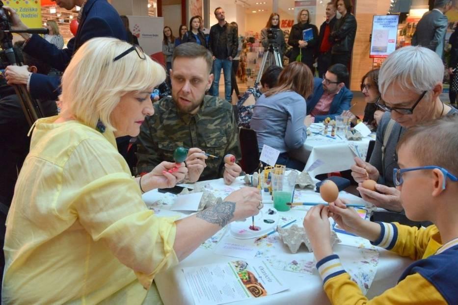 Malowana Niedziela w Kielcach [CZĘŚĆ 3]. Znani malowali pisanki i zajadali... żurek  [ZOBACZ ZDJĘCIA]