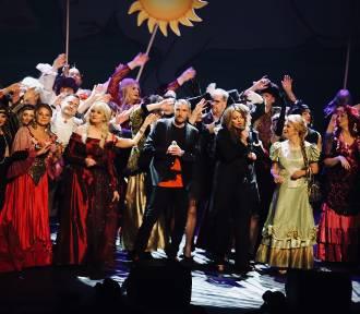 Premiera charytatywnego spektaklu z VIP-ami we wszystkich rolach (DUŻO ZDJĘĆ)
