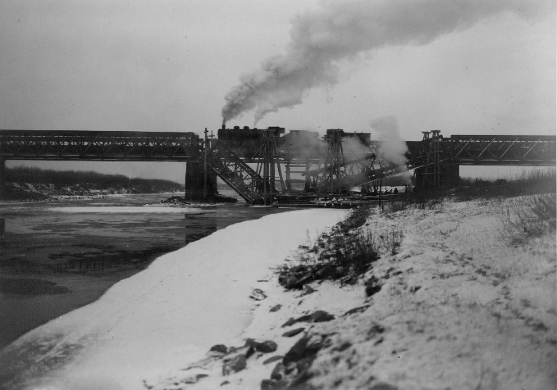 Częściowo zniszczony most kolejowy na Dunajcu pod Tarnowem (1940 r