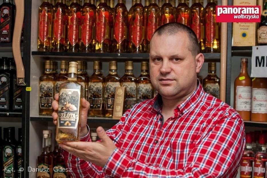"""Po sukcesie  """"Sztygarówki wałbrzyskiej"""" Dariusz Gustab, przedsiębiorca z Wałbrzycha przygotował, opatentował i wprowadził do sprzedaży nowe alkohole regionalne -  """"Złotą wałbrzyską"""" i """"Muflonówkę sudecką"""""""