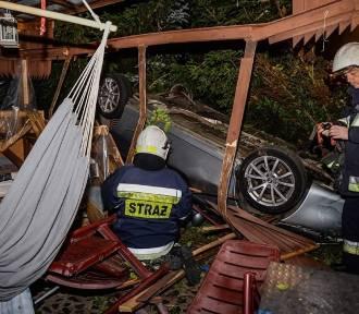 Pijany kierowca dachował i wbił się w altanę prywatnego domu