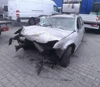 Po pijaku rozbił auto. Ugrzązł w bagnie i... wołał pomocy!