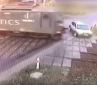 Pociąg uderzył w samochód na przejeździe kolejowym w gminie Rusiec! [ZDJĘCIA, FILM]