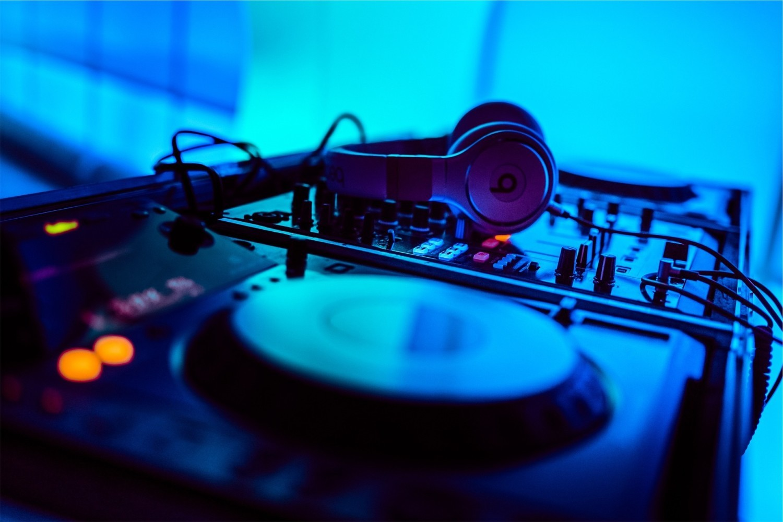 DJ na wesele jako alternatywa dla zespołu