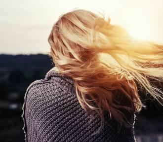 Farbowanie włosów: jak to wykonać samodzielnie w domu?