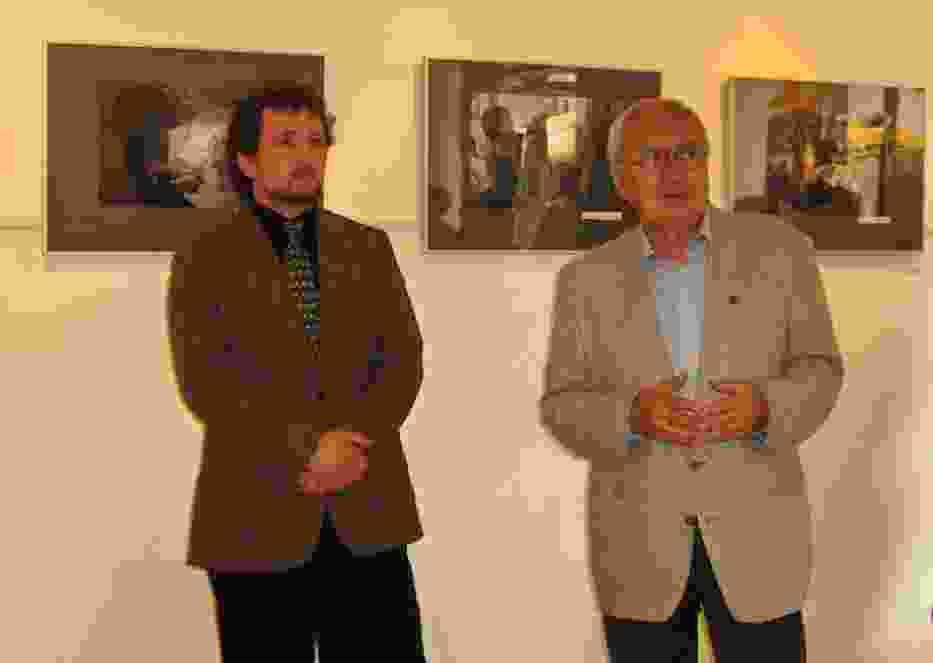 Od lewej autor zdjęć Sławomir Grzanek oraz aktor Maciej Małek, przewodniczący łódzkiego oddziału ZASP podczas otwarcia wystawy