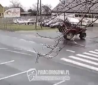 Kierowca ciągnika przesadził z prędkością na zakręcie. Zobaczcie nagranie!