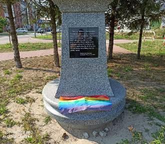 Tęczowa flaga na pomniku w Grodzisku Wielkopolskim