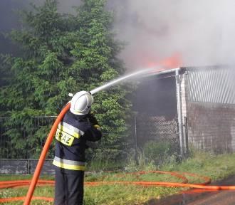 Nocna akcja strażaków w Starkowie. Pożar stodoły [ZDJĘCIA]