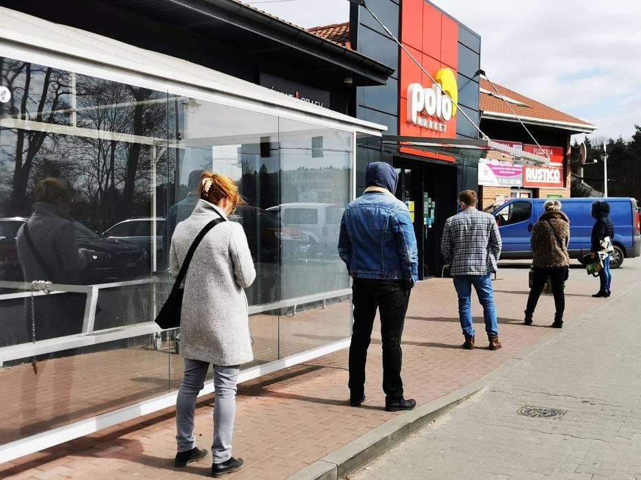 1 kwietnia przed sklepami ustawiały się kolejki - to efekt kolejnych ograniczeń wprowadzonych przez rząd