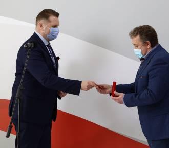 """Dyrektor liceum od """"zakazu błyskawic"""" odebrał medal od ministra Czarnka!"""