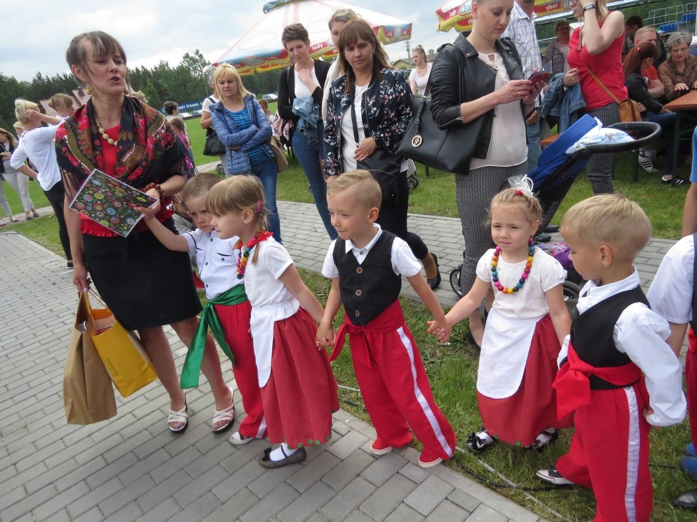 Na stadionie w Stawkach przedszkolaki z niepublicznych placówek w gminie Aleksandrów Kujawski wystąpiły w 6