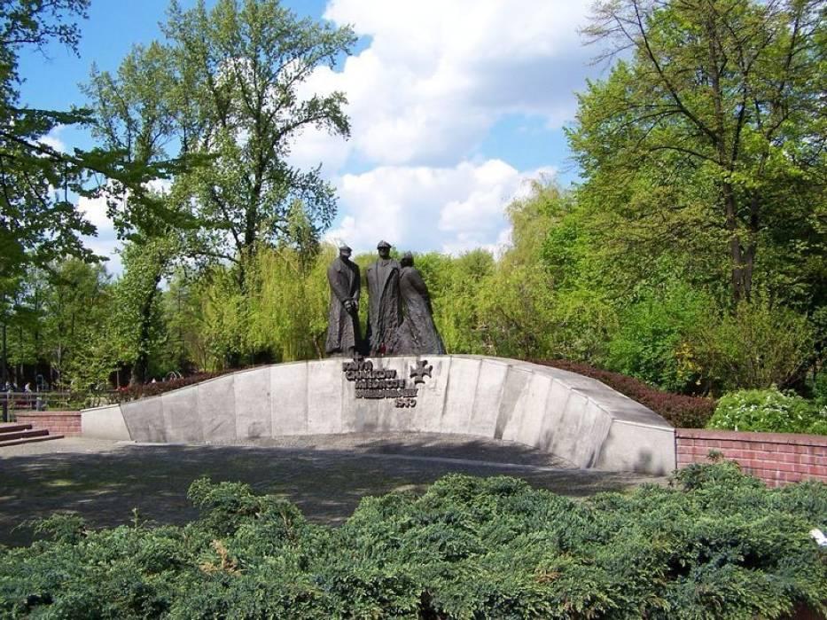 Pomnik upamiętniający ofiary mordów dokonanych przez radzieckie komanda w Katyniu, Charkowie i Miednoje