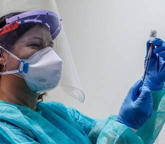 Seniorzy od piątku mogą zapisać się na szczepienie. Wyjaśniamy procedury