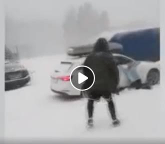 Auta stoczyły się pod Śnieżką! Szokujące nagranie internautów!
