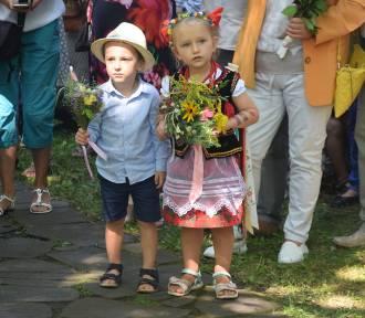Msza polowa w skansenie w Pszczynie. Święcenie ziół i kwiatów ZDJĘCIA
