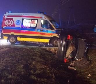 Kolizja w Opatówku. Kierowca chciał uniknąć zderzenia i wjechał do rowu. FOTO