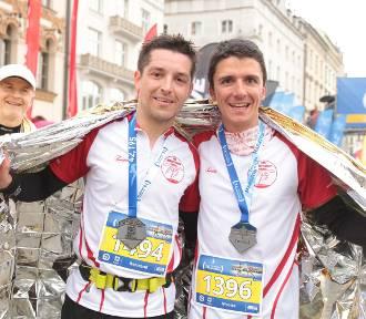 Uśmiechnięci zawodnicy na mecie Cracovia Maraton 2017
