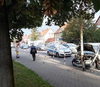 Zderzenie samochodów na ulicy Szczecińskiej. Z latarni spadł klosz