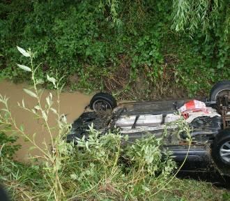 Samochód dachował i wylądował w potoku