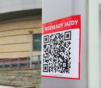 Naklejki z kodami QR pojawiają się na warszawskich przystankach. Mają ułatwić pasażerom korzystanie