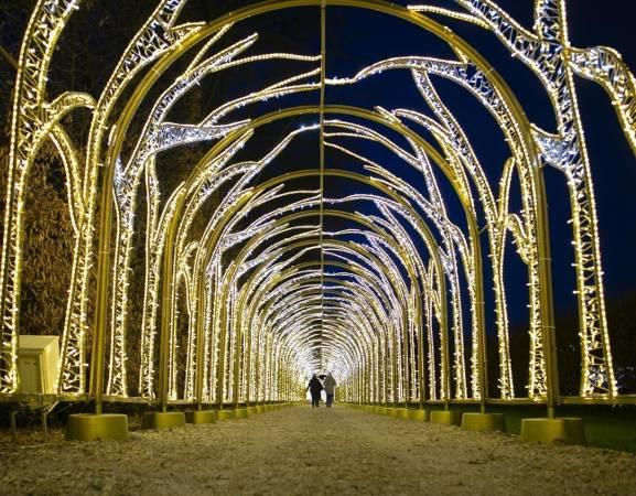 Królewski Ogród Światła rozświetla zimowe wieczory także i w tym sezonie. Jak co roku, Wilanów zaprasza swoich gości tuż po zapadnięciu zmroku na wspólne podziwianie przygotowanych atrakcji. Tak jak w latach ubiegłych nie zabrakło także mappingów, czyli trójwymiarowych pokazów wyświetlanych na fasadzie pałacu, łączących światło, obraz i dźwięk, pod wpływem których poszczególne elementy dekoracji ożywają. Mappingi wyświetlane są nie tylko w soboty i niedziele, ale też w piątki.   Bilety: od 10 zł  Adres: Stanisława Kostki Potockiego 10/16  Zobaczcie jak się prezentuje Królewski Ogród Światła w tym roku: [sc][a]https://warszawa.naszemiasto.pl/wilanow-krolewski-ogrod-swiatla-20192020-bilety-godziny/ar/c1-7387004;Wilanów. Królewski Ogród Światła 2019/2020. Bilety, godziny otwarcia, nowości[/a][/sc]