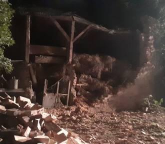 W Brodnicy zawalił się budynek, a w okolicy Górzna kierowca uderzył autem w drzewo i zaczął uciekać.