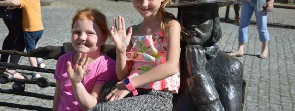 W Świebodzinie także świętują Dzień Dziecka. Tłoczno zrobiło się na placu przy ratuszu. O godzinie wystartował pokaz mody dziecięcej. Modelami zostały dzieci z Katolickiego Zespołu Edukacyjnego. W centrum miasta zaprezentowały się także grupa Amfit, nie zabrakło również występów tanecznych.  [b]Przeczytaj również:[/b] [a]http://www.gazetalubuska.pl/wiadomosci/miedzyrzecz/a/radosny-i-kolorowy-dzien-dziecka-w-miedzyrzeczu-film-zdjecia,12137124/;Radosny i kolorowy Dzień Dziecka w Międzyrzeczu [FILM, ZDJĘCIA][/a]  [b]Zobacz też:[/b] Powiatowy Dzień Dziecka na hali powiatowej w Radomsku [wideo_iframe]http://get.x-link.pl/75725e47-7efd-ad73-dae1-a67a7adf29e4,df91102c-edc3-88a7-9340-c1b98b8e7b36,embed.html[/wideo_iframe]  <center><div class=