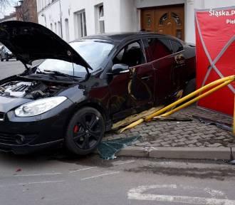 Wypadek w Piekarach Śląskich. Samochód osobowy uderzył w autobus i potrącił mężczyznę na chodniku.