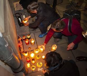 Protest przed siedzibą PiS: zapalili znicze, by uczcić pamięć zmarłych imigrantów