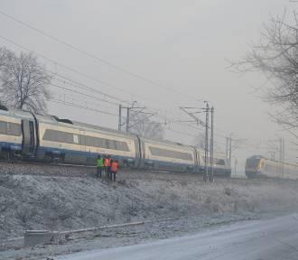 Uszkodzona sieć trakcyjna. Mogą wystąpić utrudnienia w ruchu pociągów [ZDJĘCIA]