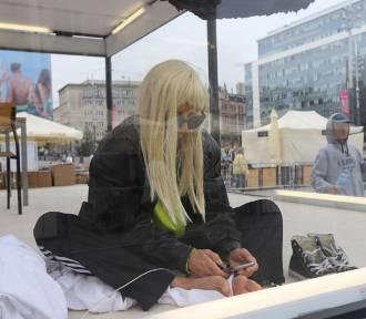 Aktorka Kamilla Baar w przezroczystej klatce na Rynku w Katowicach. O co tu chodzi?