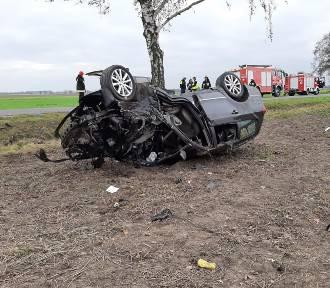 Tragiczny wypadek koło Kępna. Dwie osoby nie żyją, jedna jest ranna. ZDJĘCIA, WIDEO